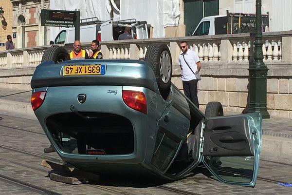 Une voiture se retourne devant l'hôtel de ville d'Orléans