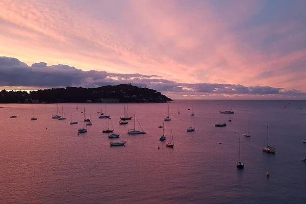 Le mer était rose, ce vendredi matin dans la rade de Villefranche-sur-Mer.