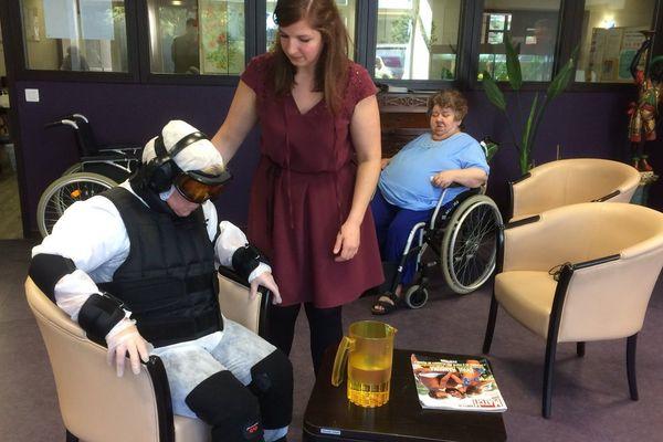 Valérie a testé ce simulateur de vieillissement, et mieux percevoir la vie quotidienne de sa mère âgée de 86 ans