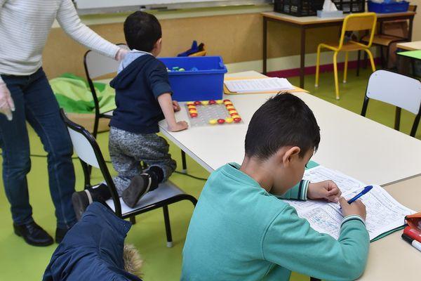 Plusieurs centaines d' établissements scolaires accueillent es enfants des soignants et du personnel indispensable à la gestion de la crise dans la région.