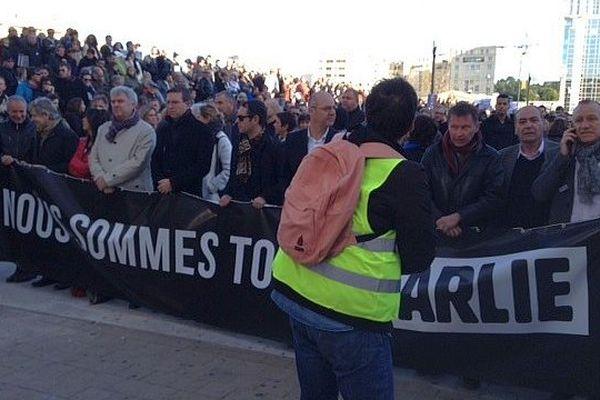 Montpellier - la tête de cortège avant le départ avec les journalistes et des policiers tenant la banderole - 11 janvier 2015.