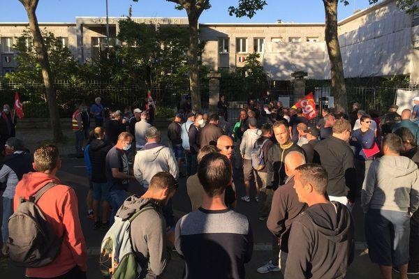 Salariés et syndicats de la Fonderie de Bretagne de Caudan, rassemblés devant la sous-préfecture de Lorient, où s'est déroulé un comité social et économique