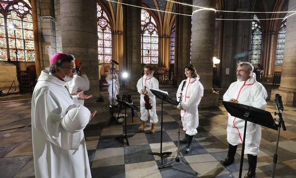 Une cérémonie pour Pâques dans une France confinée avec quelques personnalités dans l'enceinte de Notre-Dame. De gauche à droite : Mgr Michel Aupetit, le violoniste Renaud Capuçon, l'actrice Judith Chemla et l'acteur Philippe Torreton.