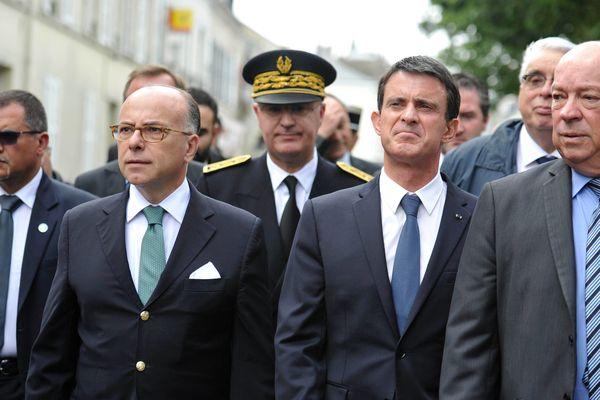 Manuel Valls, Bernard Cazeneuve et Jean-Pierre Door en visite à Montargis, dans le Loiret, suite aux inondations le 6 juin 2016.