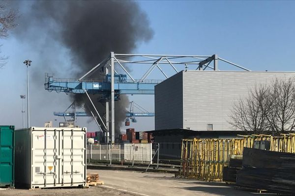 Un long panache de fumée était visible de loin le 18 mars suite à un feu au Port autonome de Strasbourg