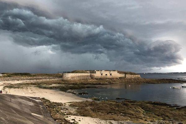 D'imposants nuages à Gavres, dans le Morbihan, samedi en fin d'après-midi.