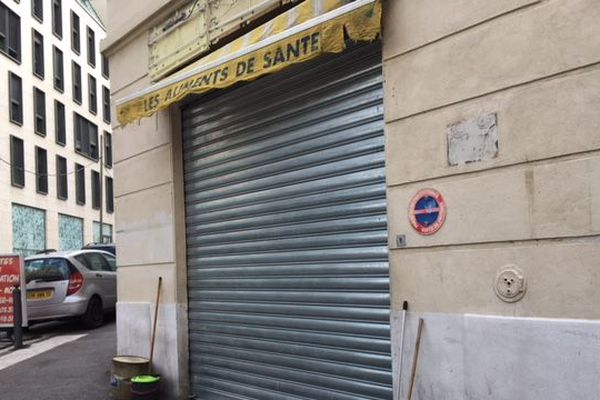 L'homme a été abattu dans cette épicerie du 2e arrondissement de Marseille.