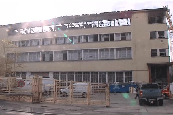 Un incendie a éclaté à Villeurbanne, dans une usine désaffectée... d'importants dégâts mais pas de victime. Ce qu'il reste des lieux ce mardi matin - 27/10/15