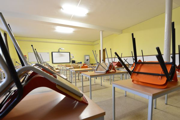 Une salle de classe vide (image d'illustration).