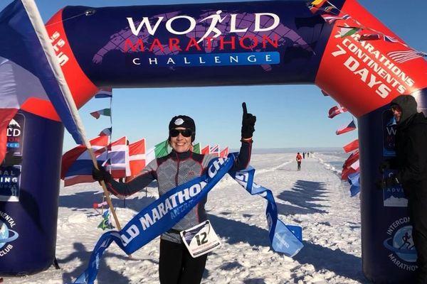 Stéphanie Gicquel en Antarctique à l'arrivée du premier de ses sept marathons.