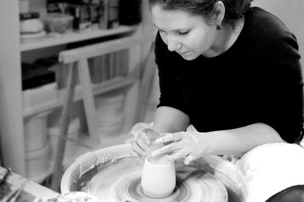 La céramiste Camille Bo est la première à mettre les mains à la pâte.