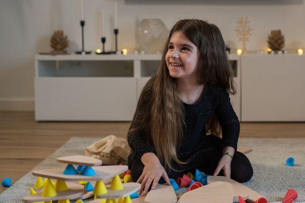 Le jeu de construction en bois PIKS développe le sens de la créativité chez l'enfant