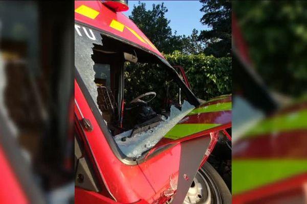Le camion a pris feu lors d'une intervention à cause d'un court-circuit électrique.