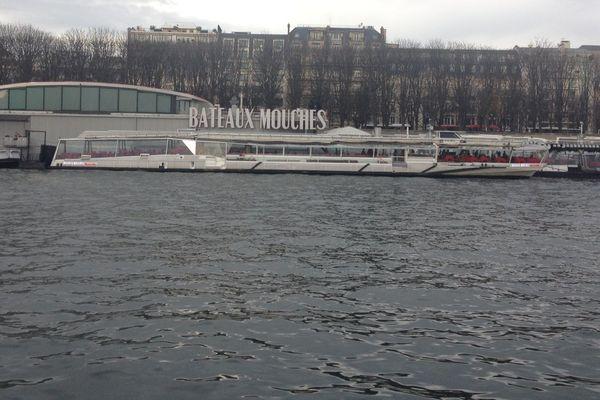 Des bateaux-mouches à Paris, le 25 décembre 2015.