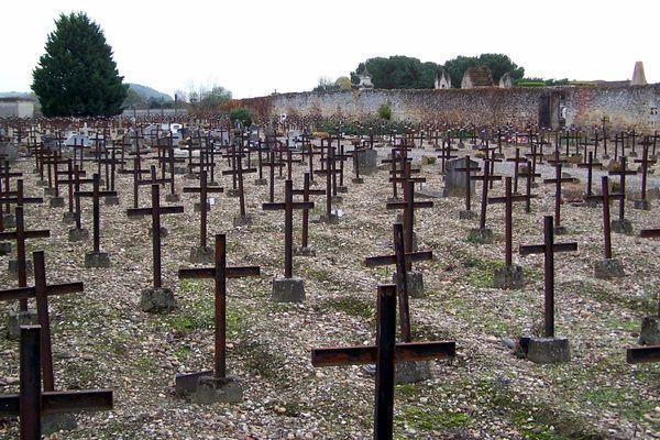 """98 tombes de Poilus ayant perdu la raison se trouvent dans le """"carré des combattants"""" à Cadillac."""