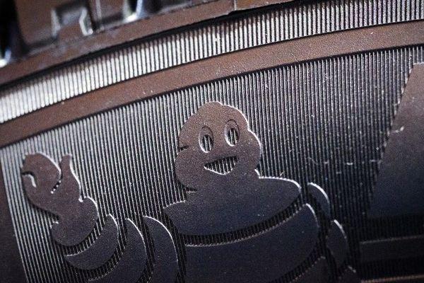 """Le bénéfice net de Michelin a fondu en un an de 44,6% à 507 millions d'euros sur les six premiers mois de l'année, en raison principalement d'une provision pour restructuration de 250 millions d'euros. Le fabricant de pneumatiques a annoncé en juin une réorganisation de ses activités en France, qui va se traduire par l'arrêt de la production de pneus poids lourds sur son site de Joué-lès-Tours en Indre-et-Loire et la perte de 730 emplois. De janvier à août, Michelin a aussi été obligé de baisser ses prix, ce qui se traduit par un effet """"mix-produit"""" de -242 millions d'euros, en recul de 2,3%."""