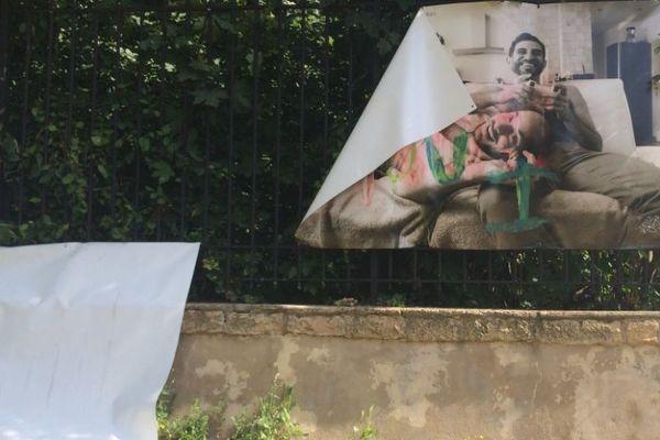 """L'exposition """"Les couples de la République"""", installée Square du Luxembourg à Metz, a été arrachée =. Ce n'est pas la première fois que les bâches sont dégradées."""