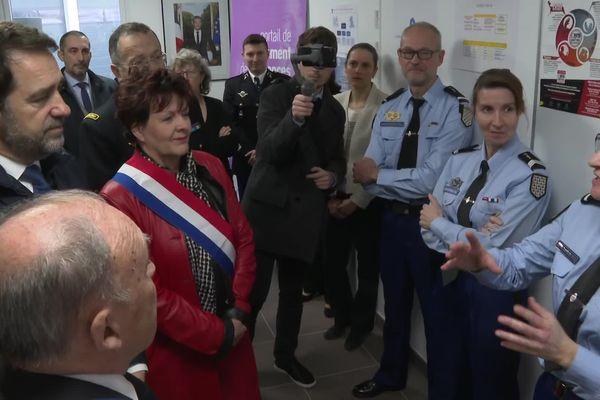Christophe Castaner (à gauche) à l'écoute des explications concernant l'UVIF 56