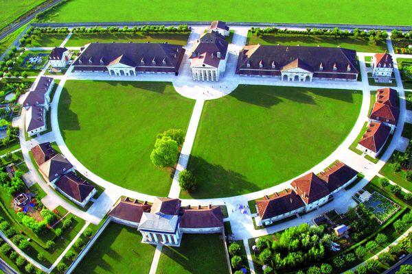 """Un demi-cercle végétal situé sur la prairie nord pour honorer le projet de """"ville idéale"""" de Ledoux à la Saline royale d'Arc-et-Senans"""