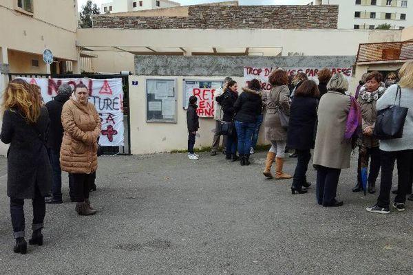 Plusieurs dizaines de parents d'élèves ont bloqué l'école Calloni dès lundi 13 février.