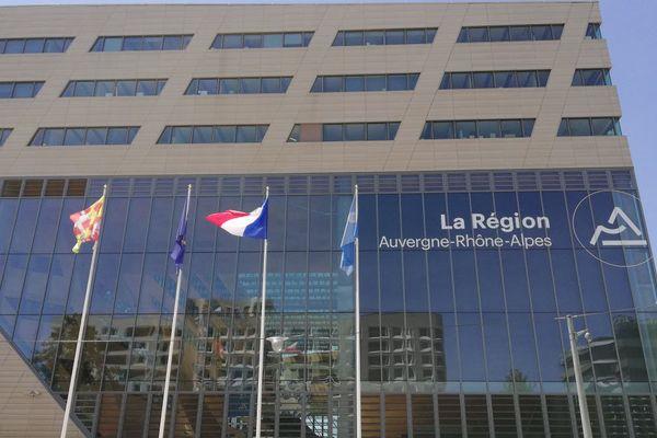 Le feu a démarré au niveau de la machinerie des ascenseurs de la Région Auvergne-Rhône-Alpes à Lyon, vendredi 26 février. Une cinquantaine de personnes ont été évacuées.