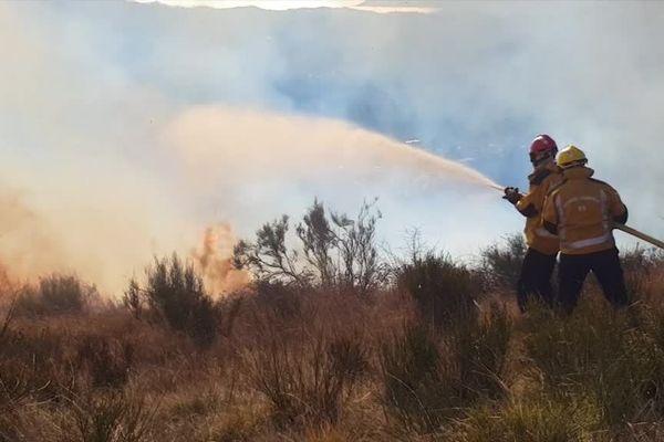 Deux sapeurs-pompiers des Alpes-Maritimes en intervention sur un incendie en 2019.
