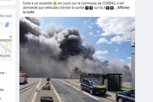 Compte-tenu de l'épaisse fumée noire, la gendarmerie du Rhône a rapidement communiqué pour éviter des accidents sur la route