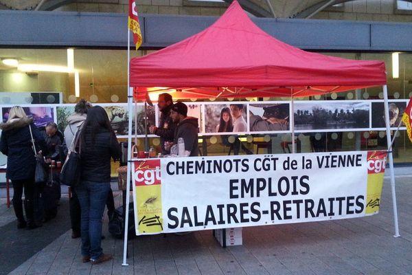 Les agents de la SNCF en grève sur le parvis de la gare de Poitiers