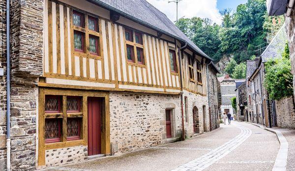Au pied des remparts, un quartier médiéval.
