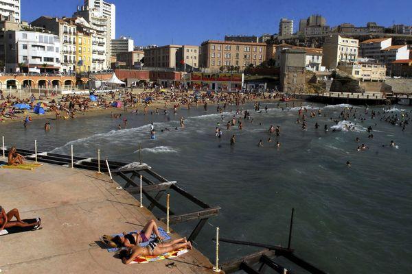 Illustration de la plage des Catalans en 2010, où l'on parlait déjà d'un accès payant pour restreindre la population et mieux assurer la sécurité des baigneurs.