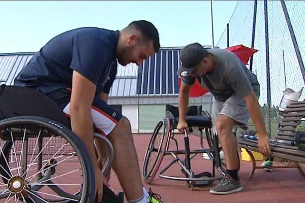 Attention à bien s'attacher, pour éviter la chute : le tennis fauteuil est une discipline très physique où les joueurs s'affrontent sur le court en gagnant de la vitesse