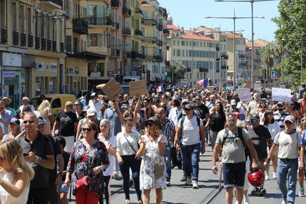 Des centaines de manifestants ont déambulé dans les rues de Nice.