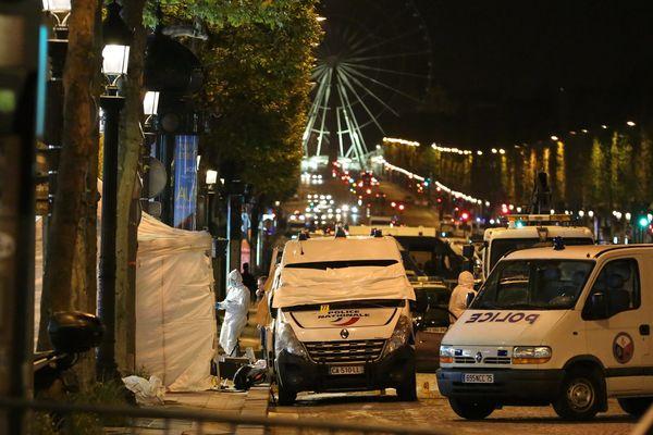 Le lieu de l'attaque contre des policiers, sur les Champs-Elysées, à Paris, le 20 avril 2017.