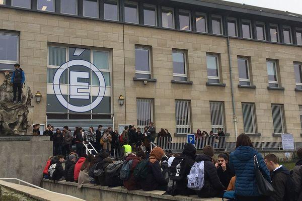 Une centaine de lycéens se sont rassemblés ce mardi devant le rectorat de Reims
