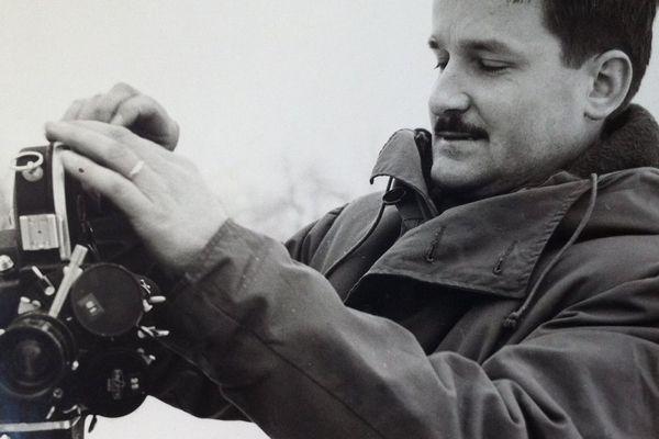 René Touret avec une caméra des années 60 lors des débuts de la télévision régionale
