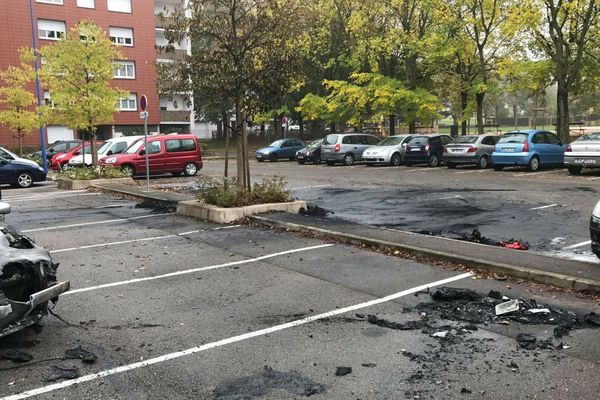 Plusieurs véhicules ont été incendiés sur un parking dans le quartier du bois du Verne à Montceau-les-Mines dans la nuit du samedi 3 au dimanche 4 novembre 2018.