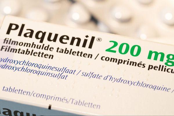 L'hydroxychloroquine est commercialisée en France sous le nom de Plaquénil.