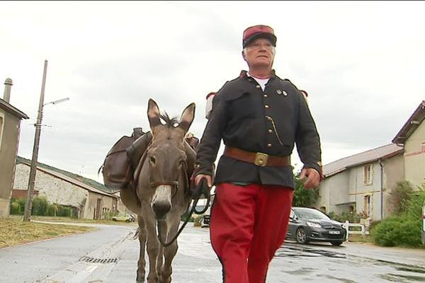 """Marc et son compagnon l'âne """"Lucky"""" en sont à 1900 km parcourus depuis le Gers. Ils rendront hommage aux Poilus."""