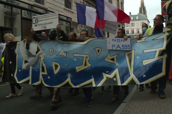 La tête de cortège dans les rues de Pau lors de la manifestation contre le passe sanitaire du 31 juillet 2021
