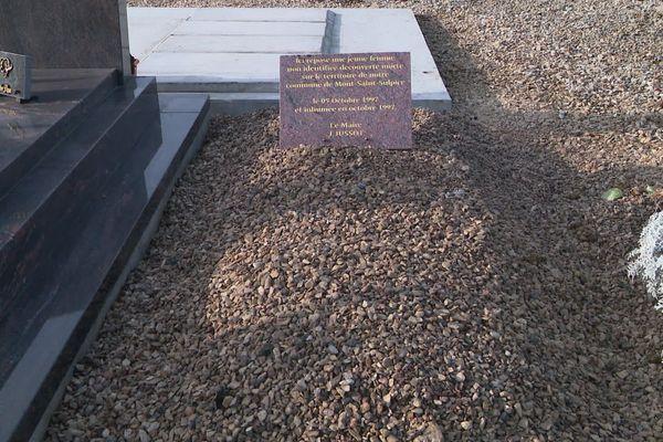 C'est cette tombe du cimetière de Mont-Saint-Sulpice qui intéresse la justice.