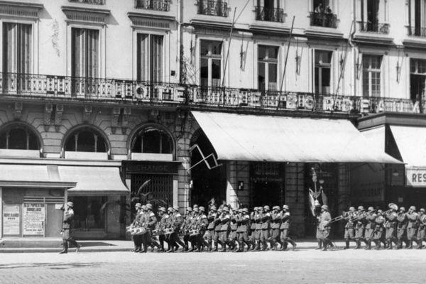 Les troupes allemandes défilent sur la Place de la Comédie à Bordeaux.