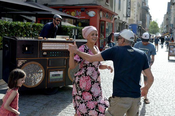 En 2020, quelques pas de danse à Rennes pendant la Fête de la musique, devant un vélo char conçu par Cyclologistic et Cosmic Garden. Pas de scènes installées en ville, pour éviter les regroupements. L'édition 2021 voit aussi des restrictions liées à la pandémie de Covid-19.