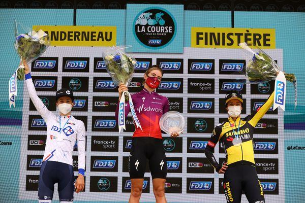 Le podium de la Course by Le Tour 2021 avec en première place Demi Vollering de l'équipe TEAM SD WORX, suivie par la néerlandaise Marianne Vos de l'équipe Jumbo-Visma Women Cycling, et la danoise Cecilie Uttrup Ludwig, de l'équipe FDJ - Nouvelle Aquitaine Futuroscope