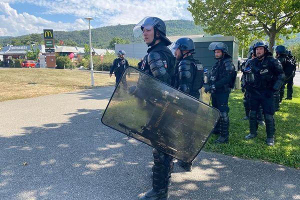 Les CRS ont empêché les manifestants No border d'accéder au centre de Gap.
