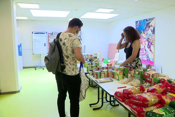 Distribution de produits de première nécessité pour des étudiants à Rouen.