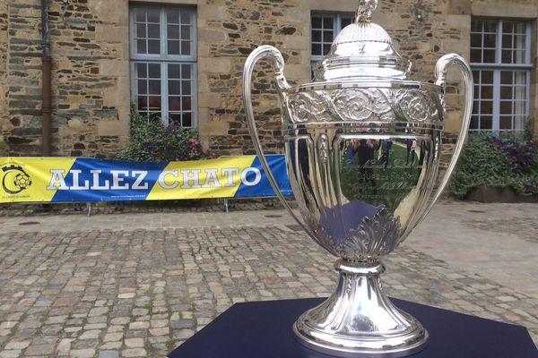 Le trophée de la Coupe de France était exposé vendredi sur le parvis du château à Châteaugiron