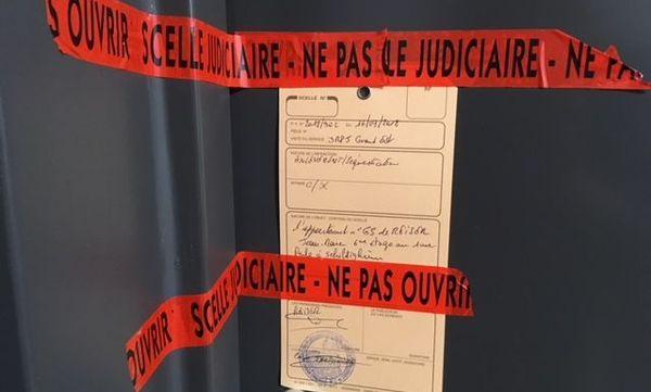 Le scellé sur la porte du principal suspect, rue Perle à Schitigheim (Bas-Rhin).