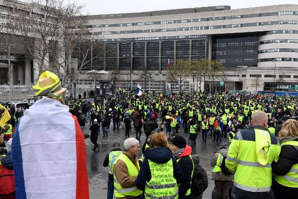 Des gilets jaunes devant le ministère de l'Economie et des Finances (Paris XIIe), samedi 12 janvier.