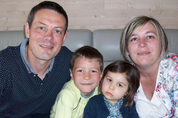 Valentine entourée de ses parents Yannis et Laëtitia et de son grand frère