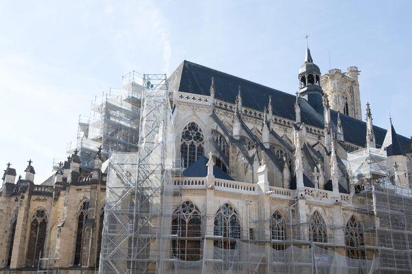 La cathédrale Saint-Cyr-et-Sainte-Julitte de Nevers a notamment été abîmée pendant la Seconde Guerre mondiale.